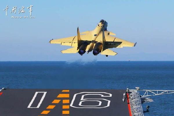 中国航空母舰顺利进行国产歼-15飞机起降飞行训练