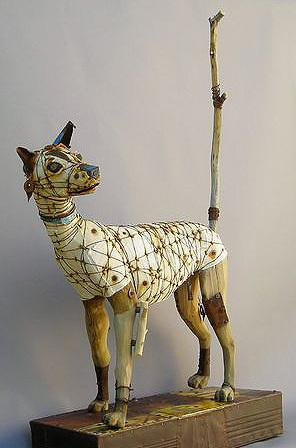 废弃的木头,铁器,钢丝等等一切没有用的材料,完成了一件件动物艺术品.