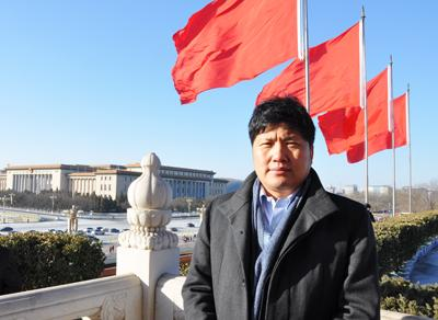 我院董事长周虎振在天安门广场升旗仪式观礼台