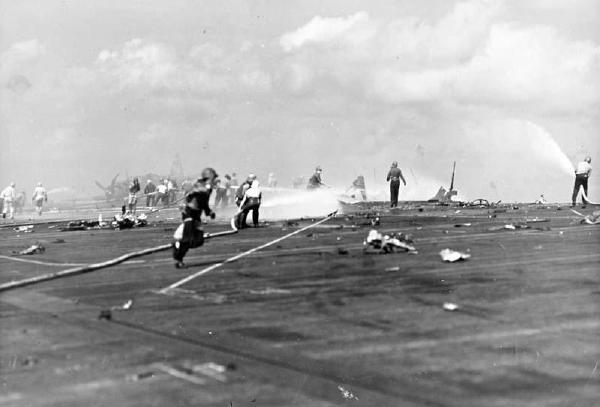 1945年2月19日,一名美国海军陆战队士兵被日本狙击手打死.