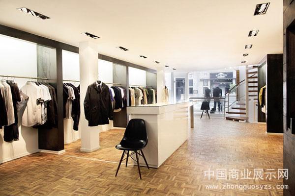 简单的陈列和时尚的家具设计传达出空间现代感的一面,而橡木地板和