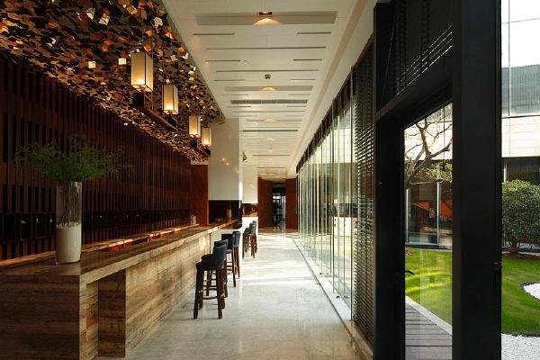 1000平方米 主体结构形式:混凝土+部分钢结构 主要材料:石材,玻璃,铝
