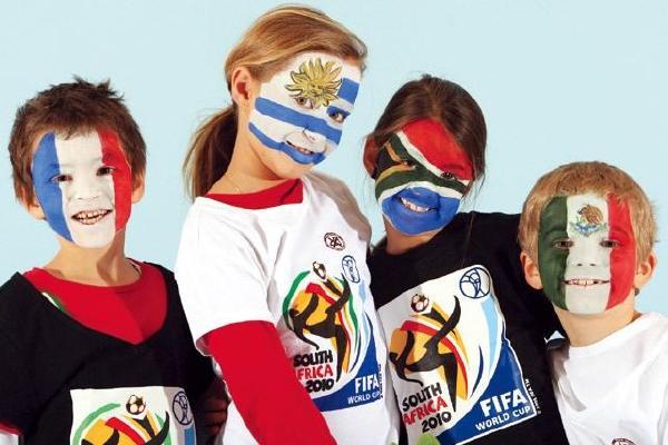 可爱的孩子大秀南非世界杯32强的脸谱