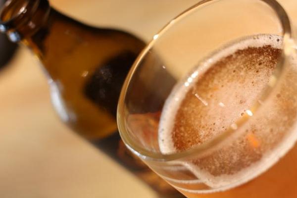 使得啤酒呈现出日后成为皮尔森啤酒标志的金黄色.