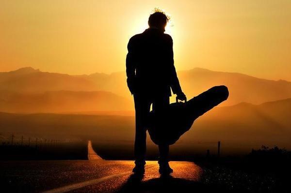 那公路上的提着吉他的背影,仿佛又让我想起杀人三部曲中elmariachi那