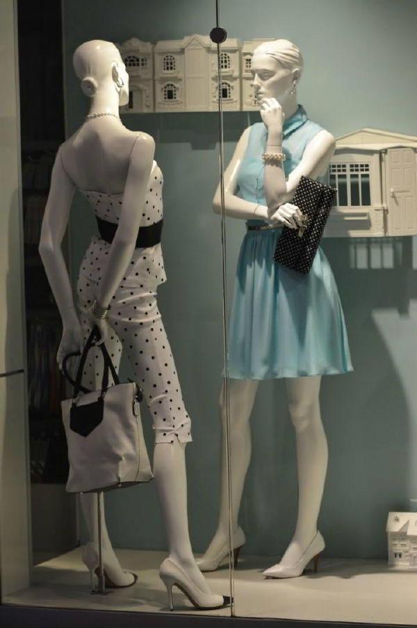 加拿大多伦多伊顿百货le chateau女士橱窗采用小木屋作为鞋子和配饰