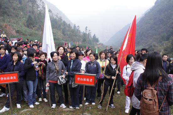 年12月1日早上7点30分前到千岛湖广场城雕处统一乘车前往安阳乡乌龙村