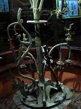 一号青铜神树由基座和树干两部分组成,基座为圆形底盘,其上用三叉