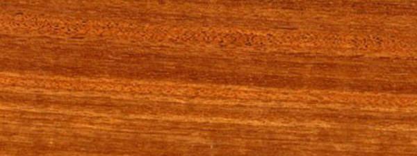 心边材区别明显,心材淡红色至桔红色,具黄褐色细条纹;边材浅黄褐色