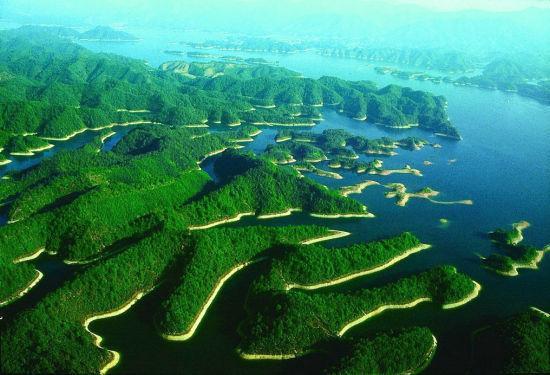 位于浙江省淳安县境内的千岛湖,是世界上岛屿最多的湖。景区内碧水呈奇,千岛百姿,自然风光旖旎,生态环境佳绝,而在夏季更是避暑的一大胜地。 梅峰观岛 纵览300余座大小岛屿,是目前千岛湖登高揽胜的最佳处。不上梅峰观群岛,不识千岛真面目,这是到过梅峰的中外游客对其群岛风光的一致赞誉。原国家旅游局局长刘毅在登上梅峰观景台忍不住为眼前妙景题下梅峰奇观四字横匾。 猴岛 原名云蒙列岛,由十余青翠的大小岛屿组成。中国科学院利用水困法,使这里成为名副其实的猴岛。猴王德高望重,有长者风范,母猴相夫教子,猴群家庭祥和。上
