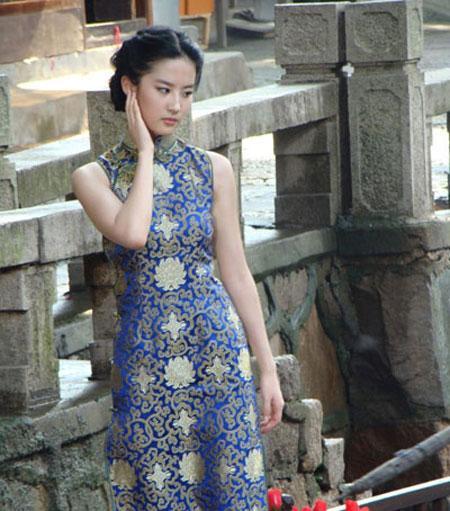 不过这款华贵的花纹的旗袍不太